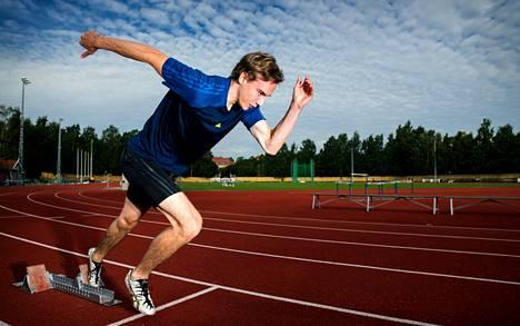 Raamikas Roope Saarinen, 194 senttiä, on joutunut muuttamaan juoksuaan, kun hän vaihtoi lajia. Salibandyssä vartalon painopiste oli alhaalla, juoksussa sen pitää olla ylhäällä.