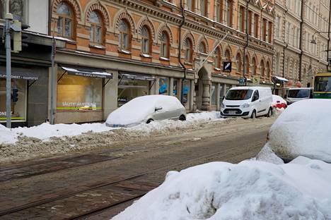Kruununhaan Liisankadulla on autot ovat hautautuneet syvälle penkkaan.