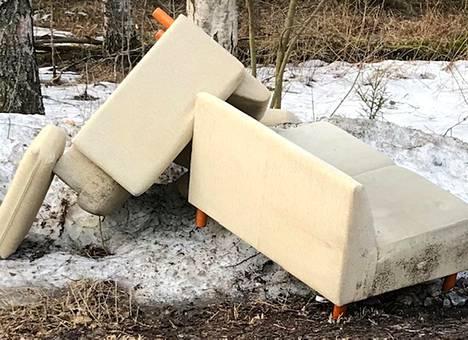 Nämä sohvat muuttuivat kerran tarpeellisista huonekaluista pysäköintialueelle heitetyksi jätteeksi.