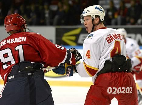 HIFK:n Tyler Redenbach ja Jokerien Ossi Väänänen olivat toistensa kimpussa European Trophyn ottelussa.