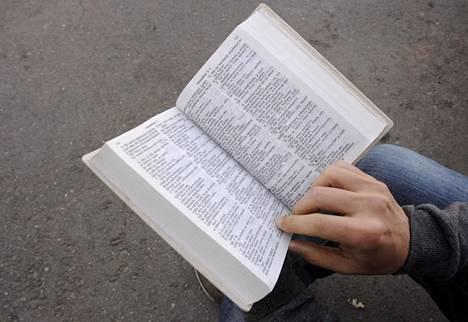 Raamattu on helluntaiseurakunnan opin perusta.