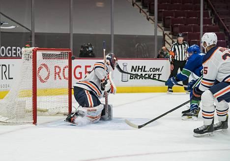 Mikko Koskisen torstai-ilta oli vaikea. Kuva Vancouverin ja Edmontonin maanantain kohtaamisesta, jossa J.T. Miller teki maalin Koskisen selän taakse.