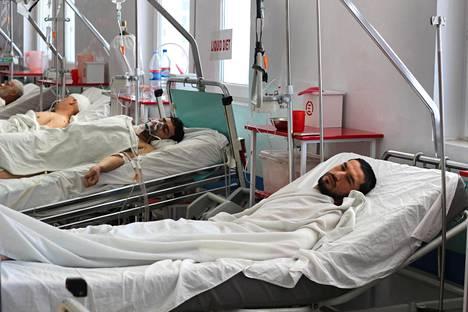 Viime vuonna Kabulissa kuoli ennätysmäärä siviilejä, sillä sekä Isis että Taleban iskevät nyt siviilikohteisiin. Yhden pommi-iskun uhreja sairaalassa.