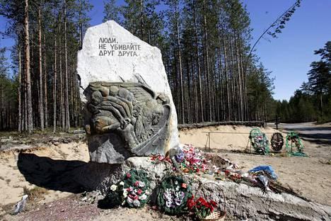 Sandarmohin joukkohaudalle on pystytetty useita muistomerkkejä Stalinin vainoissa kuolleiden muistolle.