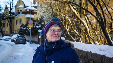 Eirassa asuva Kaija Santaholma nauttii alueen arkkitehtuurista.