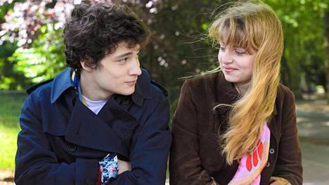 Quentin Dolmaire ja Lou Roy-Lecollinet näyttelevät nuoria rakastavaisia elokuvan kolmannessa jaksossa.