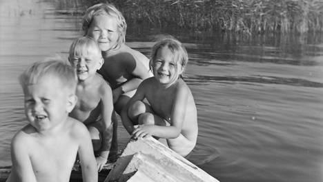 Isak Räsäsen lapsenlapsia hajonneen saunan paikalla 1947. Kuvassa on myös Outi Silfvenius.