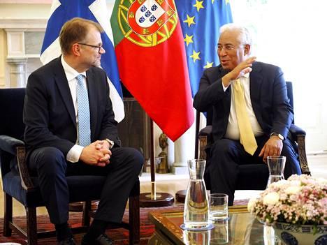 Suomen pääministeri Juha Sipilä (vas.) ja Portugalin pääministeri António Costa.