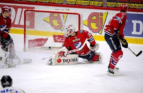 Kärppien Saku Mäenalanen laukoi kiekon HIFK:n maalivahdin Kevin Lankisen taakse jääkiekon Liigan ottelussa HIFK–Kärpät Helsingissä perjantaina.