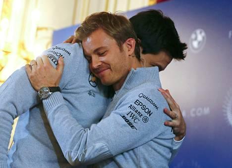 Nico Rosberg halaa Mercedesin tallipäällikköä Toto Wolffia tänään Wienissä pidetyssä lehdistötilaisuudessa, jossa kerrottiin yllättävästä päätöksestä.