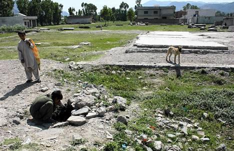 Yhdysvaltain erikoisjoukot tappoivat al-Qaida verkostoa johtaneen Osama bin Ladenin toukokuussa 2011 Abbottabadissa Pakistanissa. Pakistanilainen pikkupoika joi vettä toukokuun alussa paikalla, josta Osama bin Ladenin käyttämä talo on purettu.