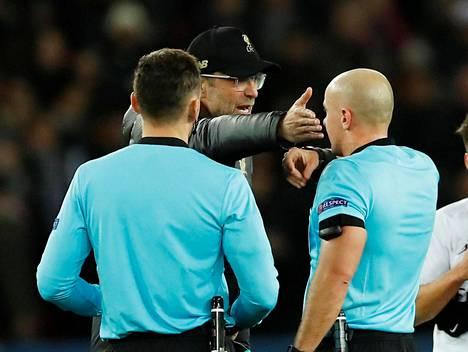 Jürgen Kloppilla oli asiaa erotuomareille PSG-ottelun jälkeen.