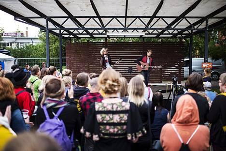 Kalevauva.fi esiintyi Kaustisella vuonna 2016.