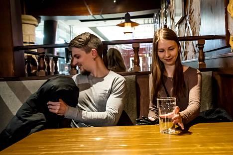 Vuosipäiväänsä ravintola Bruuverissa Helsingissä tiistaina juhlineet Heikki Soira ja Outi Kokkonen suhtautuvat myönteisesti mahdollisuuteen ostaa alkoholijuomia ravintolasta kotiin.  Heistä parasta olisi, jos ravintolasta  voisi ostaa kotiin myös viinipullon.