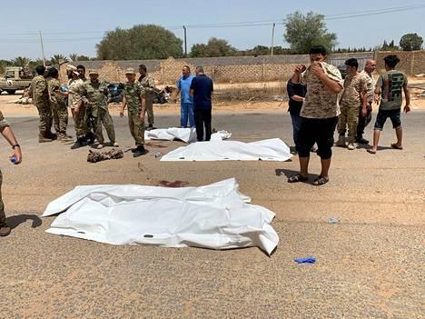 Libyan hallitukselle uskollisia sotilaita ruumispussien luona Tripolissa.
