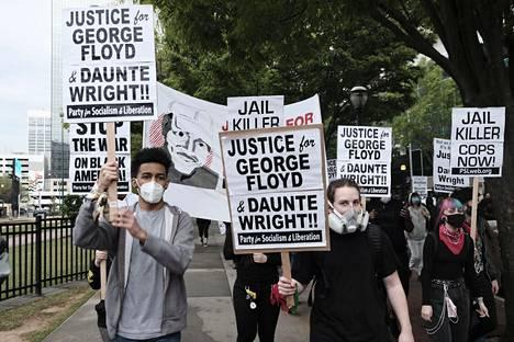 Mielenosoittajien kyltit vaativat oikeutta George Floydille ja Daunte Wrightille Atlantassa 14. huhtikuuta.