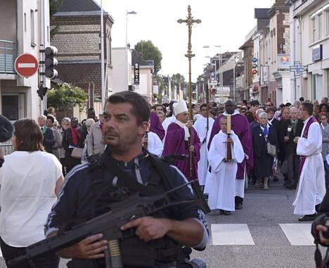Rouenin arkkipiispa Dominique Lebrun kantoi sunnuntaina krusifiksia Saint-Étienne-du-Rouvrayssa, jossa muisteltiin jihadistien kirkossa heinäkuussa surmaamaa pappia.