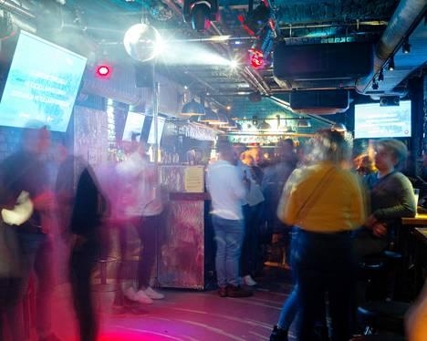 Karaoke soi yökahvilana uudelleen avautuneessa Erottaja Barissa hieman ennen puoli kahta lauantaina 20. marraskuuta.