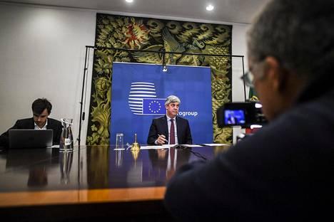 Euroryhmän puheenjohtaja Mario Centeno kuvattiin osallistumassa euromaiden valtiovarainministerien kokoukseen tiistaina.