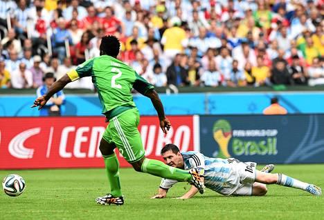 Nigerian Joseph Yobo vei pallon pois Lionel Messiltä alkulohkon viimeisessä ottelussa.