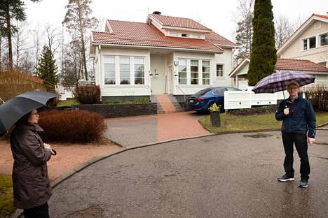 Saarniraivion asuinalue rakennettiin kokeilukohteeksi. Alueella haluttiin kokeilla, kuinka tiivis pientaloalue on mahdollista rakentaa. Hannu ja Toini Riitalan tontti on noin 600 neliötä.