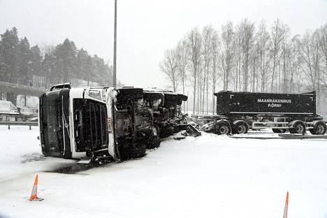 Kaatunut kuorma-auto Helsinkiin päin menevällä kaistalla Turunväylällä.