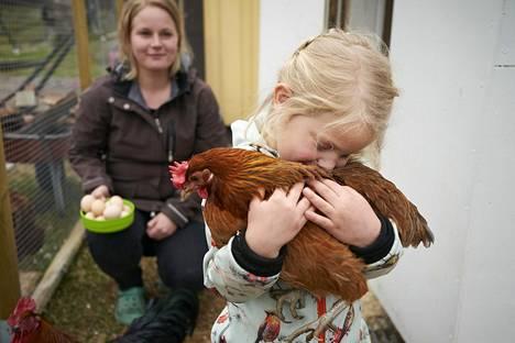 Keitlin Holland pitää hyvänä kotipihan kanaa, jolta on kerätty juuri munia. Hän on ruvennut kehumaan myös eläimiä sen jälkeen, kun äiti Satu Holland opetteli positiivista kasvatusta vanhempainvalmennuksessa.