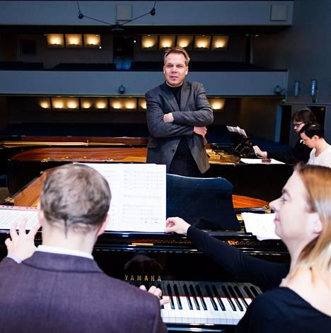 Maj Lind Piano Forumin taiteellinen johtaja Teppo Koivisto (keskellä) harjoitti pianisteja illan konserttia varten sunnuntaina. Etualalla Niklas Pokki ja Sonja Fräki, takana Matilda Kärkkäinen ja Jukka Nykänen.