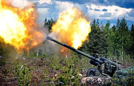 Neuvostovalmisteinen raskas kanuuna löi tulta kahteen suuntaan, kun nelitykkinen patteri ampui keskiviikkona Rovajärvellä. Maavoimien vaikuttamisharjoitukseen osallistui kymmenen päivän aikana yli 4600 sotilasta. Tykkien, kranaatinheittimien ja panssarintorjunta-aseiden raskaita ampumatarvikkeita kului yli 10000 kappaletta.