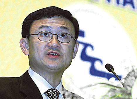 Thaksin Shinawatra (Thaimaan pääministeri 2001–2006) on superrikas köyhien ikisuosikki, joka ei uskalla palata kotimaahan rikossyytteiden vuoksi. Hän elelee ylellisessä maanpaossa Lontoossa ja Dubaissa. Armahdusta järjestelee pääministeriksi noussut sisko Jingluck Shinawatra.