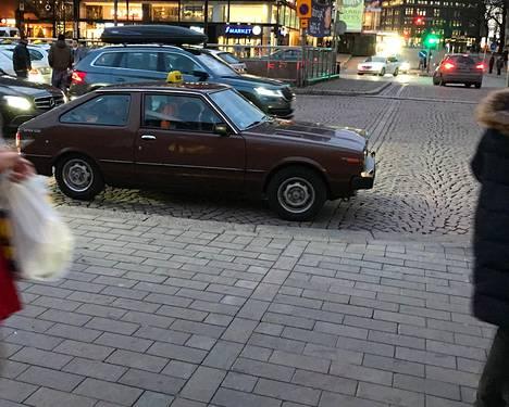Datsun-taksi Helsingin Asema-aukiolla.