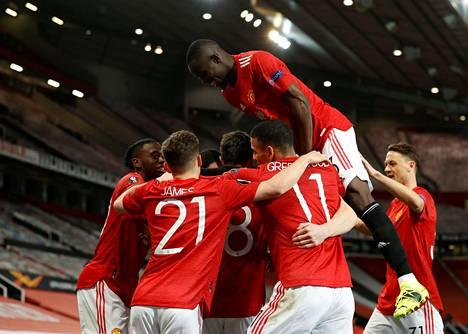 Manchester Unitedin pelaaja Amad Diallo juhlistaa joukkuetovereiden kanssa maaliaan 11.3.2021 käydyssä ottelussa AC Milania vastaan.