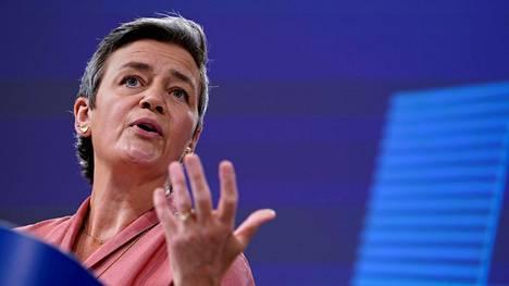 Kilpailukomissaari Margrethe Vestager esitteli valtiontukia koskevaa asiakirjaa keskiviikkona.