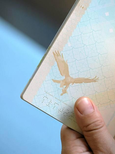 Varpushaukan kuva biometrisessä passissa.