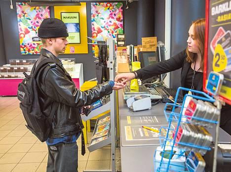 Vielä viisi vuotta sitten Oula Hynynen, 17, vuokrasi melko paljon elokuvia. Nykyisin tie käy Makuuniin vain karkin ostoon. Makuunin vastuumyyjä Aino Paronen kertoo, että karkkia myydään noin tuhat kiloa viikossa.