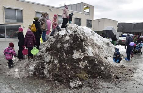 23. helmikuuta: Viikin laskiaisriehaan tuotiin lunta Malmin jäähallilta muun Etelä-Suomen ollessa lumeton.