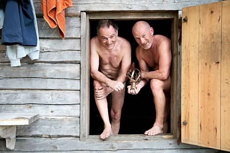 """Tapio Lehtinen (vas.) ja Ari Huusela saunottivat Huuselan Vendée Globe -yksinpurjehduksesta saaman palkintopokaalin, """"pojan"""". """"Vaikka pysti on vain maallista metallia, sillä on minulle iso merkitys"""", Huusela sanoo."""