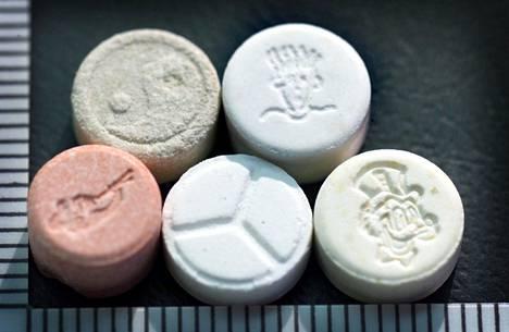 Tällaisia ekstaasipillereitä on myyty bilehuumeena. Pian ekstaasia kokeillaan lääkkeenä traumojen hoitoon.
