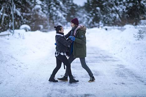 Helsingin kuvataidelukion Tomas Heinonen ja tyttöystävänsä Meryem Arslantas näyttävät harjoittelemiaan vanhojen tanssien askelia kotikadullaan Vantaan Hiekkaharjussa.