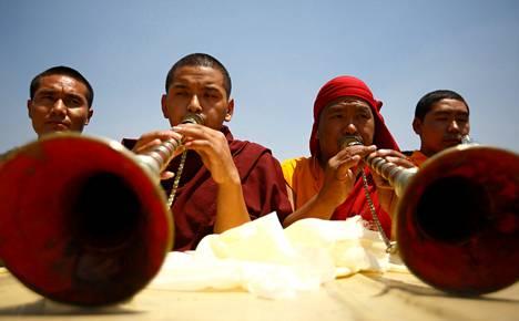 Buddhalaiset munkit rukoilivat Katmandussa järjestetyissä sherpojen hautajaisissa maanantaina.