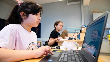 Hevin Hassan tekee tehtäviä tietokoneella. Tehtävät ovat yhteisiä etäopiskelevien kanssa.
