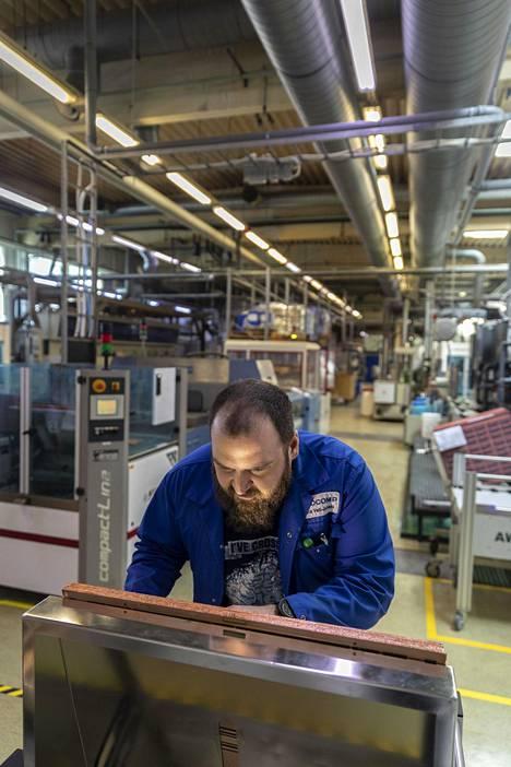 Prosessipäällikkö Veli-Juhani Lassila tarkasti syövytystulosta Aspocompin Oulun tehtaalla perjantaina.