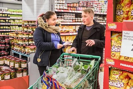 Vantaalaiset Taru Hänninen ja Mikko Iivonen tekivät ostoksia Vantaan Jumbon Citymarketissa keskiviikkona iltapäivällä. He eivät olleet huomanneet muutoksia elintarvikkeiden hinnoissa viime aikoina.