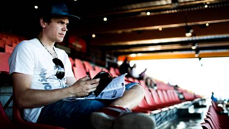 Totopeleistä suurin osa pelataan nykyään netissä. Osa pelaajista maksaa sisäänkäyntimaksun radalle, mutta pelaa yleisöstä pelipisteen sijaan. Mika Heino pelasi Totoa netissä Vermossa keskiviikon Toto65-raveissa.