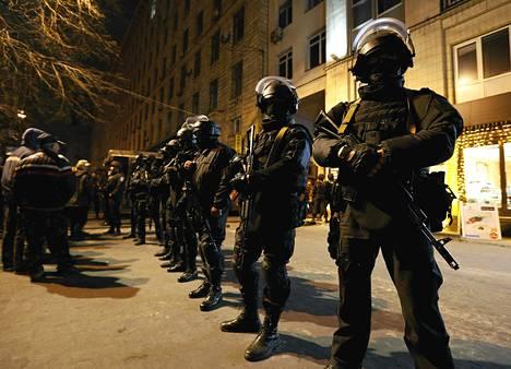 Poliisirivistö vahdissa Kiovan keskustassa maanantai-iltana ampumisvälikohtauksen jälkeen.