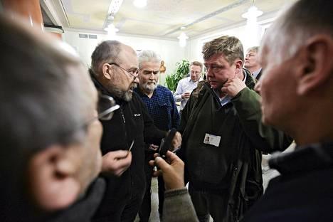 Kajaanilainen mies, joka ei halunnut kertoa nimeään, esitti kriittisiä kysymyksiä Talvivaara oy:n toimitusjohtaja Pekka Perälle Kajaanissa keskiviikkona.