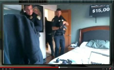 Poliisin rynnäköinti asuntoon näkyy usein livepelaajien verkkoon lähetämässä kuvassa. Kuvakaappaus Youtubesta.