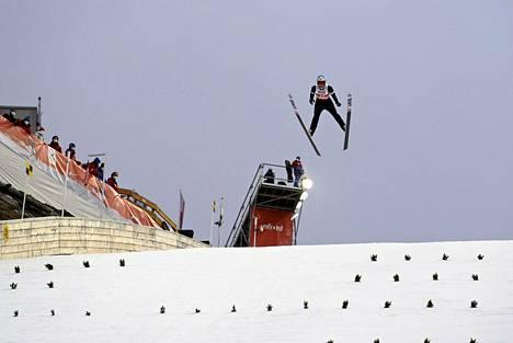 Antti Aalto hyppäsi 100,5 metriä ensimmäisellä kierroksella.