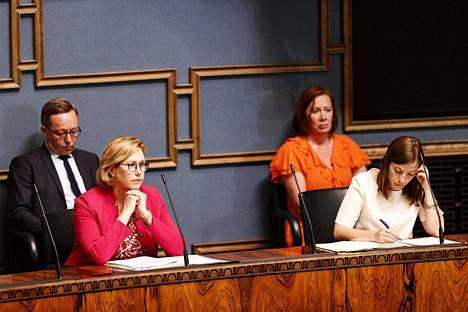 Elinkeinoministeri Mika Lintilä (kesk), työministeri Tuula Haatainen (sd), kuntaministeri Sirpa Paatero (sd) ja opetusministeri Li Andersson (vas) eduskunnan suullisella kyselytunnilla viime viikolla.
