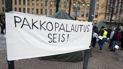 Ei pakkopalautusta Irakiin -mielenosoitus Helsingin Kiasman edustalla helmikuussa.